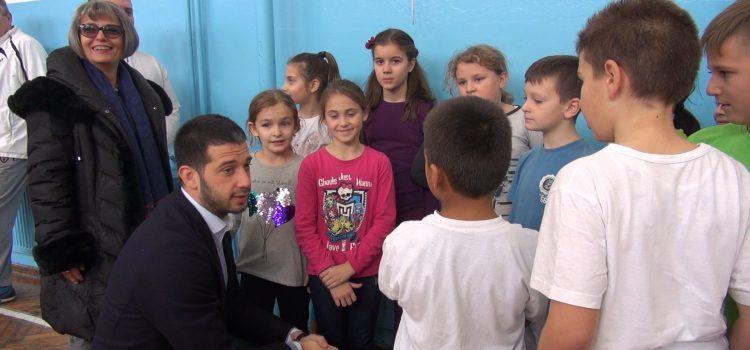 Susret sa mališanima koji vole sport: Ministar omladine i sporta Vanja Udovičić posetio škole u Pećincima