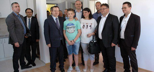Sremska Mitrovica: Ministar Dačić uručio ključeve od stanova izbeglicama