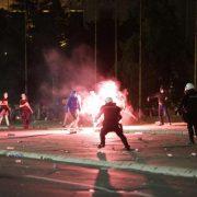 KRVNIČKI NAPADALI POLICIJU I NOVINARE: U neredima u Beogradu privedeno više od 70 huligana