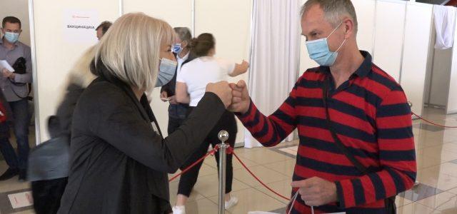 Poklon za 20 000. revakcinisanog Mitrovčanina (VIDEO)