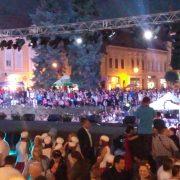 Počeo Srem folk fest: Pesme i igre odjekuju mitrovačkim ulicama