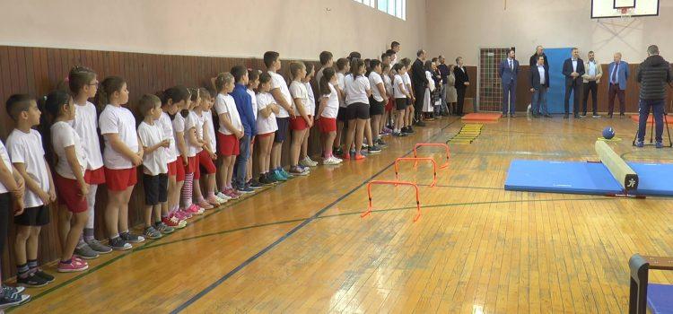 Pokrajinski sekretar za sport i omladinu Vladimir Batez posetio školu u Buđanovcima