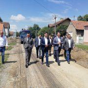 Predsednik Pokrajinske vlade Igor Mirović i predsednik rumske opštine obišli početak radova na rekonstrukciji ulica u Rumi