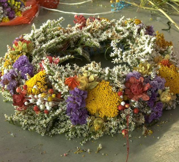 Venci od ivanjskog cveća ispleteni u domovima, ali i na pijaci