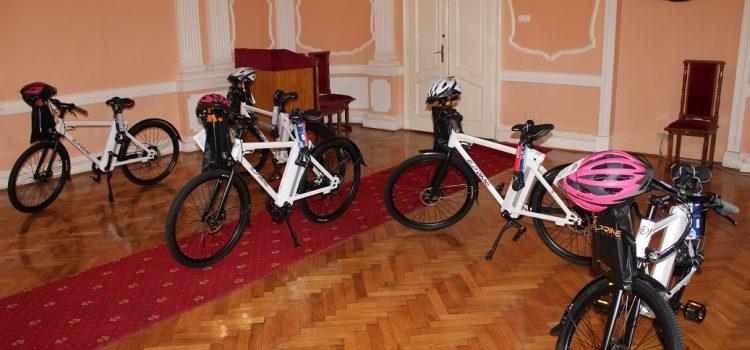 Pet bicikala na električni pogon za rumske gerento-domaćice