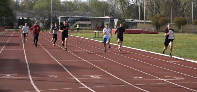 U Sremskoj Mitrovici održano Gradsko školsko prvenstvo u atletici (VIDEO)