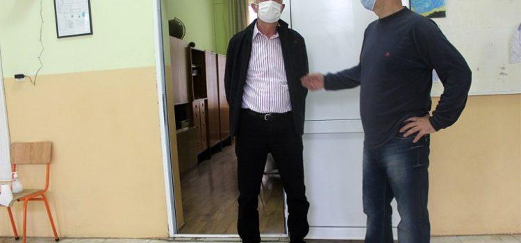 Sanacija toaleta u školi u Manđelosu (VIDEO)