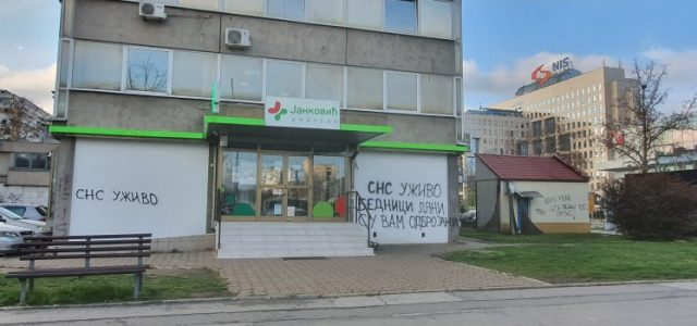 OSVANULI GRAFITI: Novinarima portala NS Uživo prete smrću!