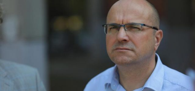 BORA NOVAKOVIĆ UGROŽAVA SLOBODU MEDIJA: Direktno napada i zastrašuje novosadske novinare